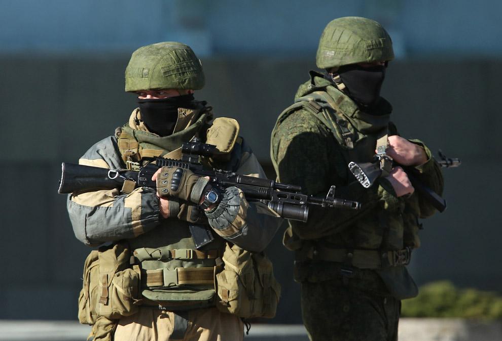 Вооруженные до зубов военные без опознавательных знаков вместе с пророссийскими боевиками охраняют здания местных органов власти в Симферополе