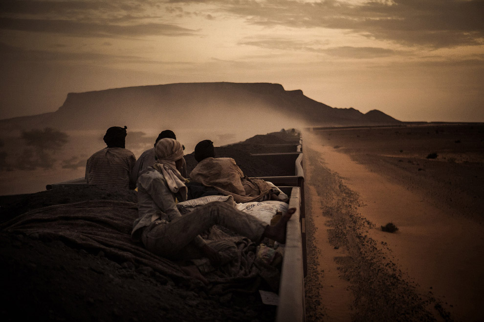 Поезд с железной рудой в Сахаре в Мавритании