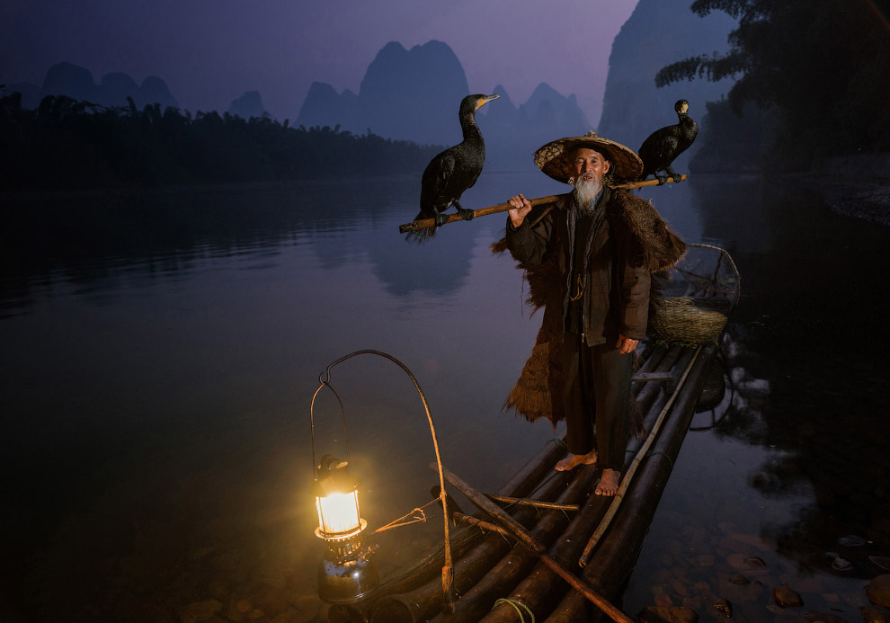 Рыбак на рассвете в провинции Гуанси, Китай