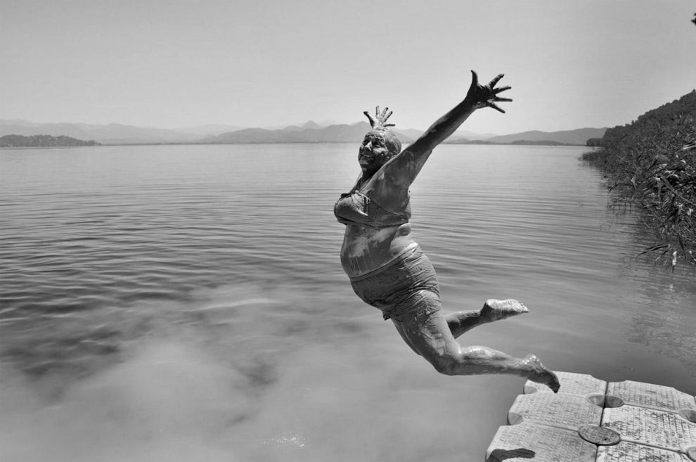 Прыжок из грязевой ванны в озеро
