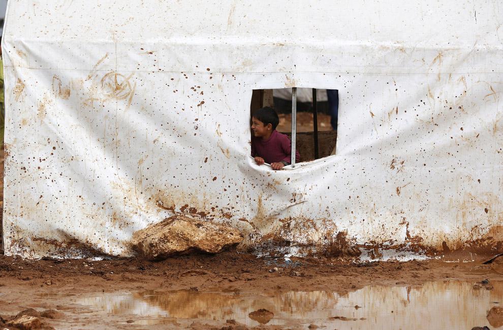 Люди бегут от войны. Лагерь беженцев недалеко от сирийско-турецкой границы