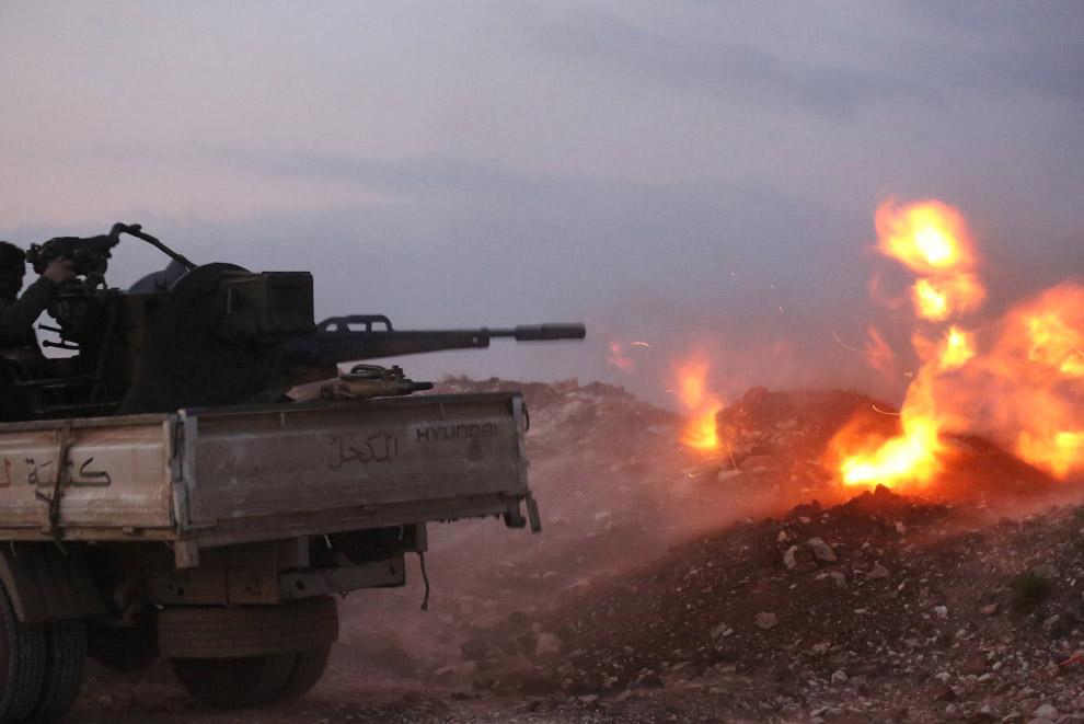 Боевики-повстанцы стреляют по правительственным войскам
