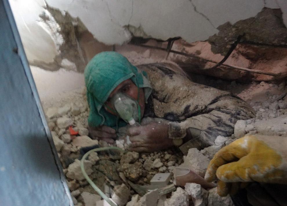 Человек оказался под обломками рухнувшего здания в Алеппо