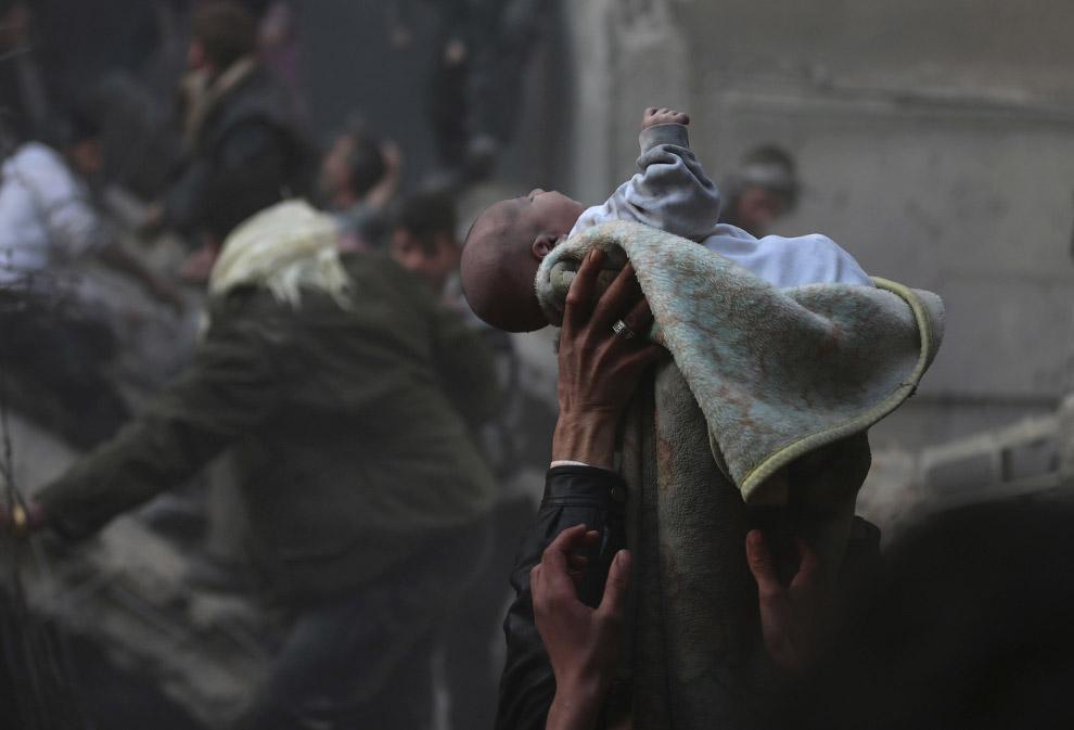 Ребенок, спасенный из-под завалов. Дамаск
