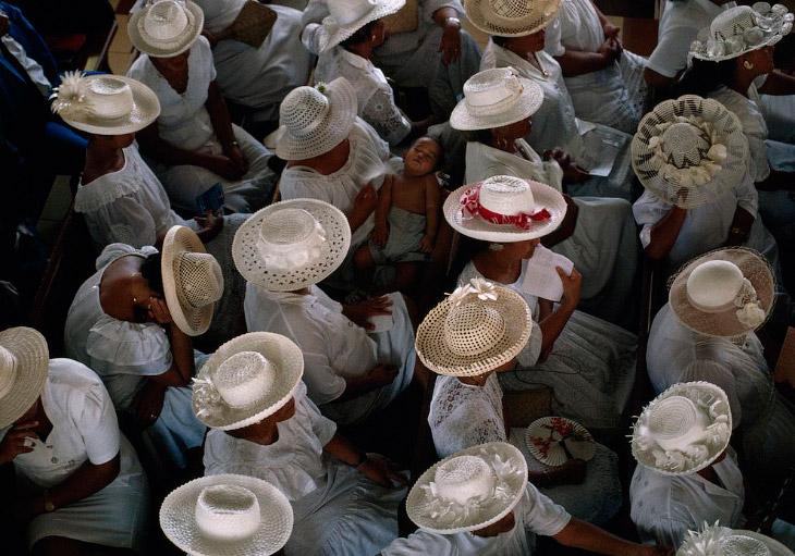 Женщины в белой одежде и белых шляпах на воскресной проповеди