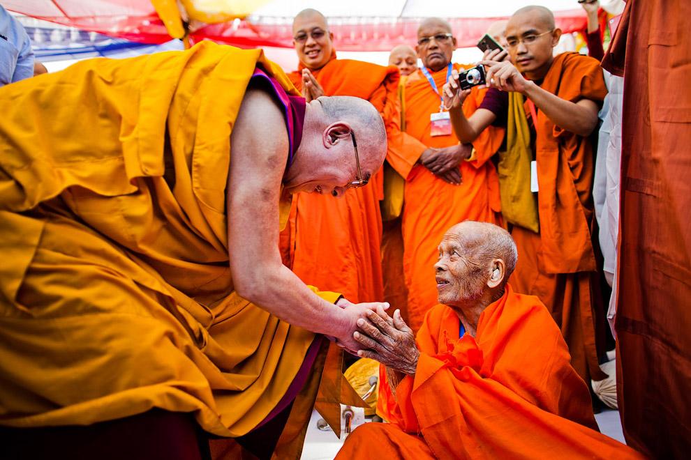 Далай-лама (слева) и пожилой буддийский монах