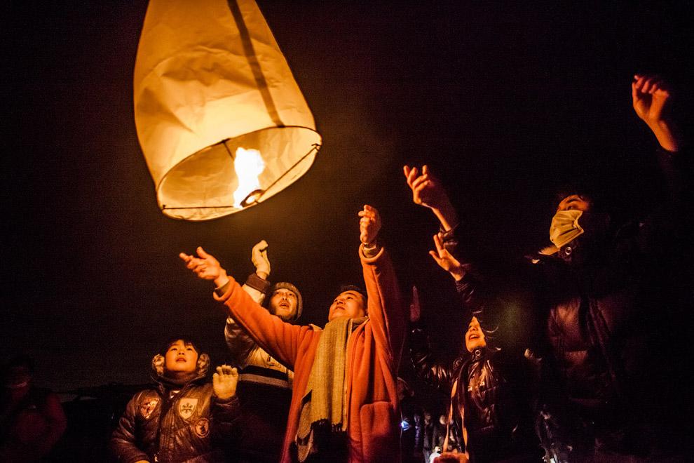 Небесные фонарики в годовщину землетрясения и цунами