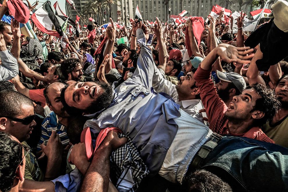 Сторонники Братьев-мусульман празднуют избрание нового президента Мухаммеда Мурси на площади Тахрир в Каире
