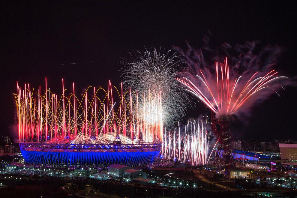 Салют над Олимпийским стадионом во время церемонии открытия Олимпийских игр в Лондоне