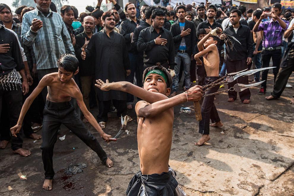 Ритуал самобичевания во время религиозной процессии в честь Ашура в Нью-Дели, Индия