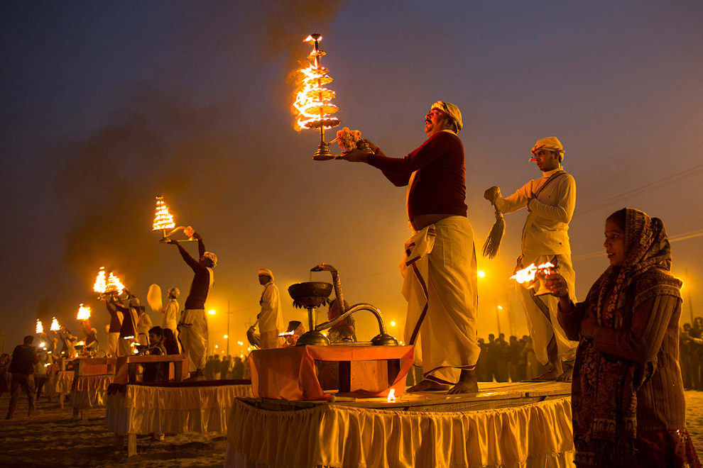 Индуистские священники исполняют церемонию на берегу реки Ганг во время Маха Кумбха Мела («праздника кувшина») в Аллахабаде
