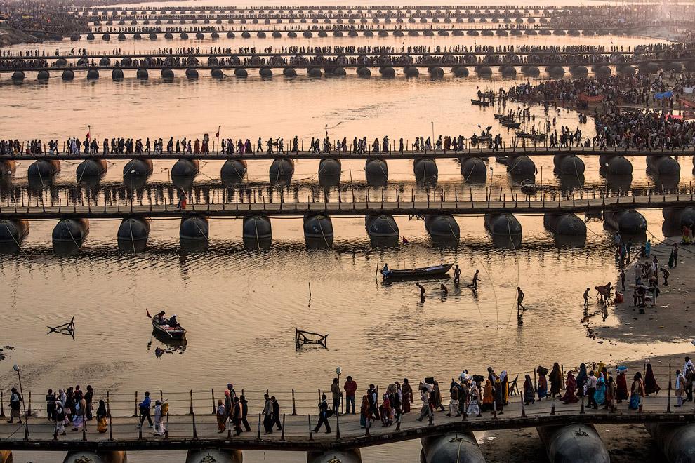 Индуистские паломники идут по понтонным мостам на празднование Маха Кумбха Мела в Аллахабаде