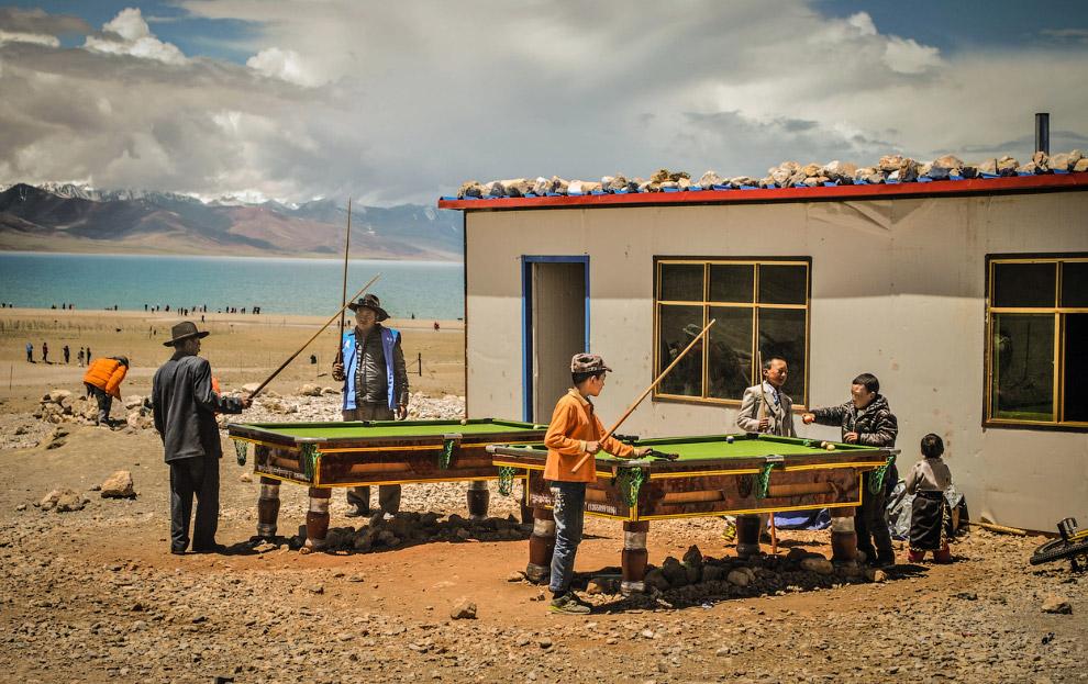 Местные жители играют в бильярд у озера Намцо, Тибет