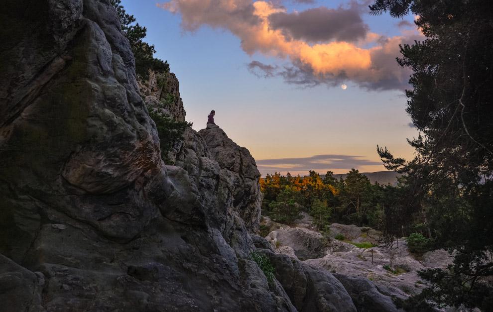 Турист отдыхает на Стене Дьявола в горах Гарц, Германия