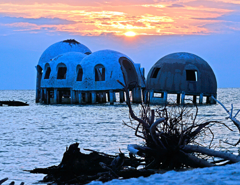 Заброшенные купольные дома у побережья Флориды