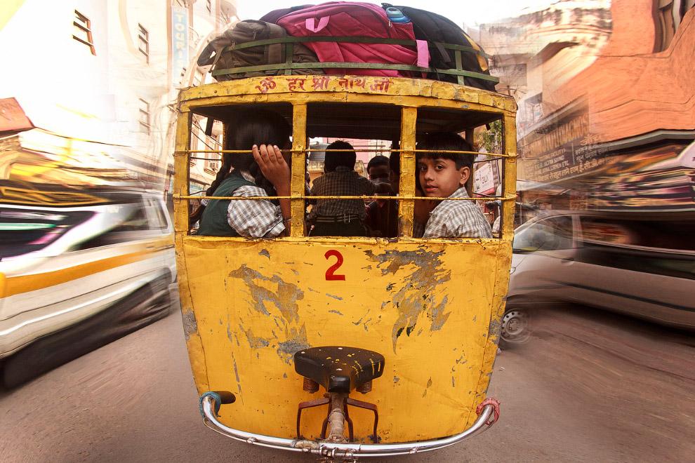 Школьный автобус в индийском городе Агра