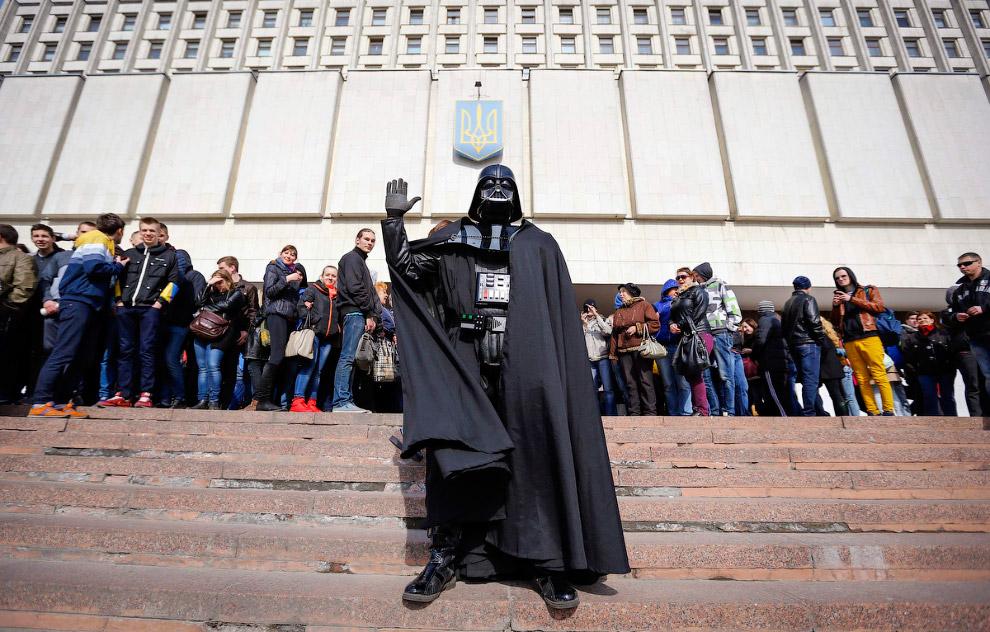 Дарт Вейдер, лидер Интернет партии Украины во время митинга перед Центризбиркомом в Киеве