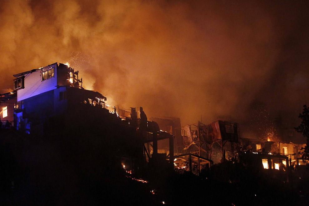 Огонь уничтожает дома один за другим, Вальпараисо
