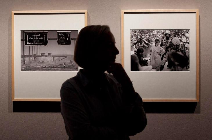 Фотограф Ассошиэйтед Пресс Аня Нидрингхаус на выставке в Берлине на фоне своих фотографий из Ирака и Афганистана