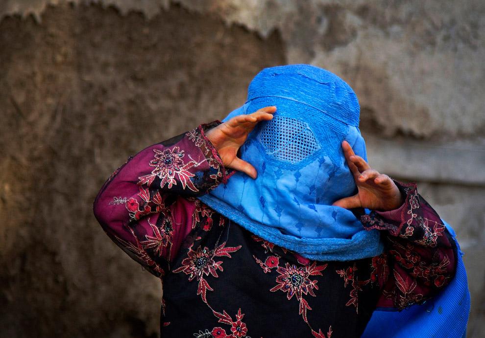 Афганская девочка в парандже в Кабуле, Афганистан