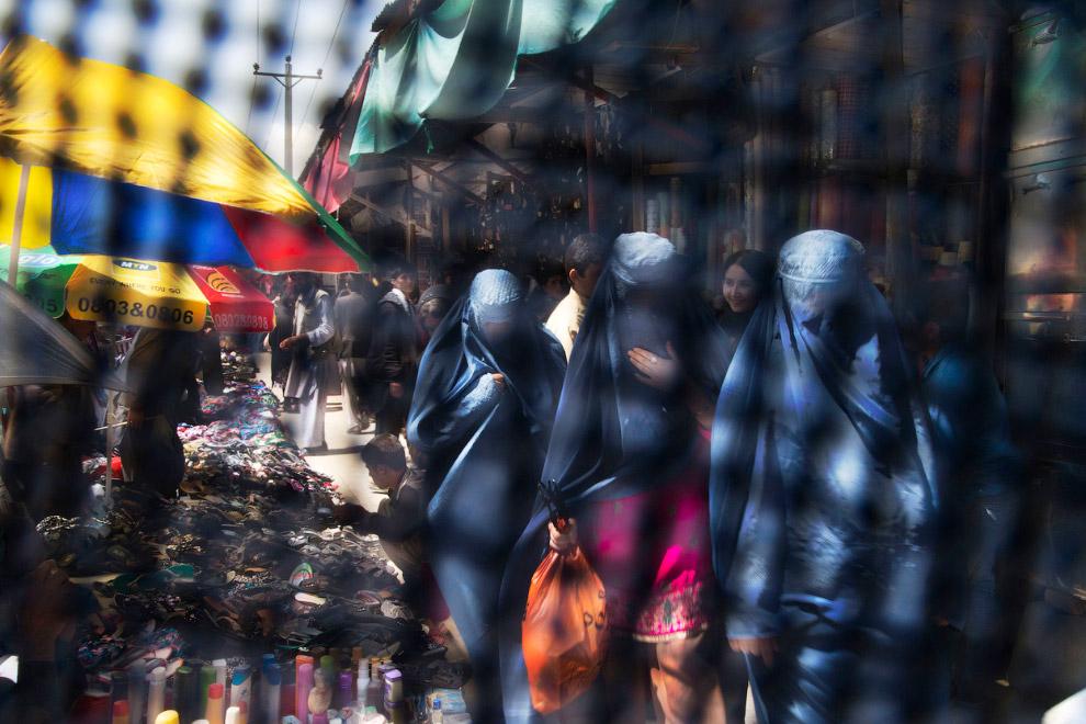 Снимок через паранджу на рынке Кабула