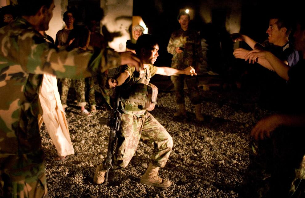 Афганские солдаты танцуют и празднуют Ид аль-Фитр, который знаменует собой окончание священного месяца Рамадан