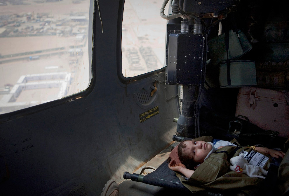 Семилетний афганская девочка на борту американского медицинского вертолета