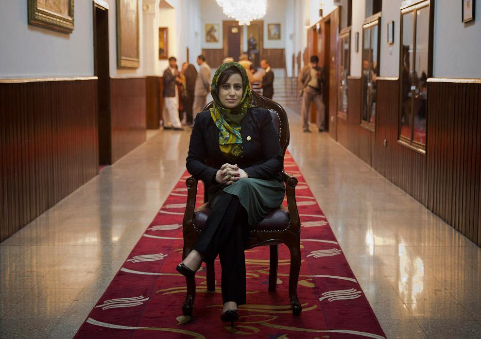 Афганский депутат Хамида Ахмадзаи в здании парламента