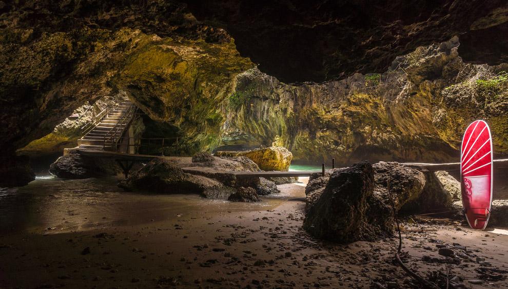 Пещера под храмом Улувату, Бали