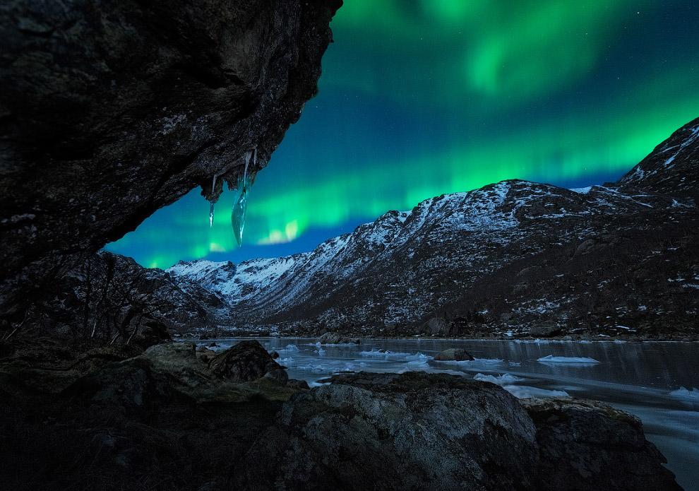 Вид на северное сияние из пещеры в Северной Норвегии