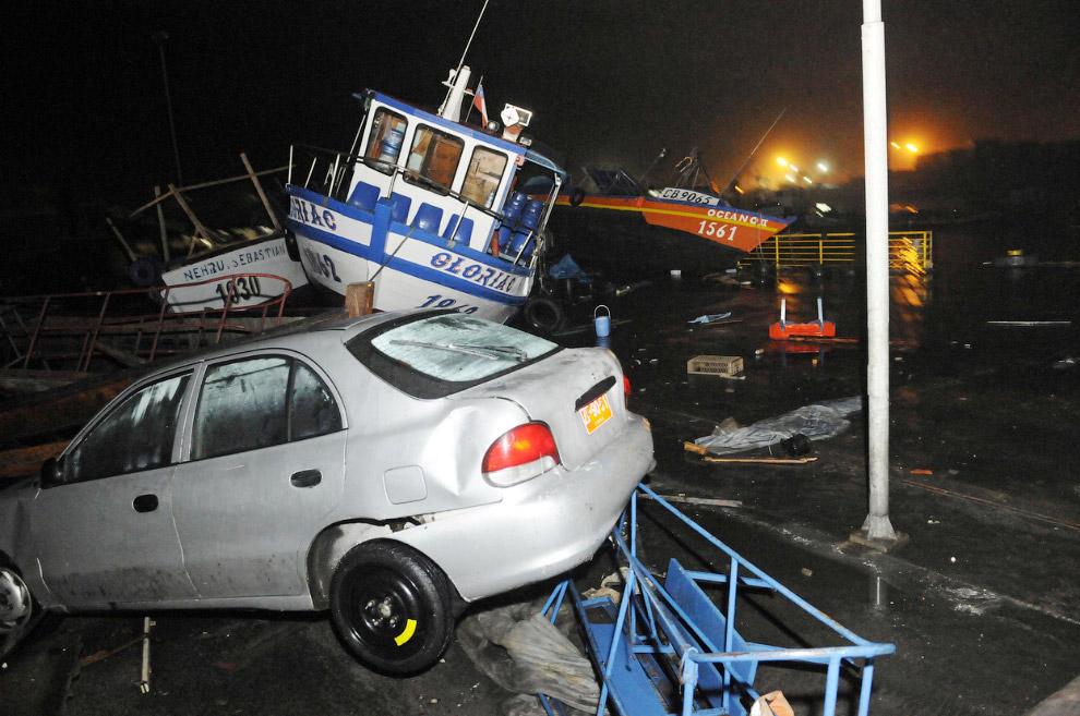 Лодки и машины вперемешку. Последствия цунами в городе Икике, Чили