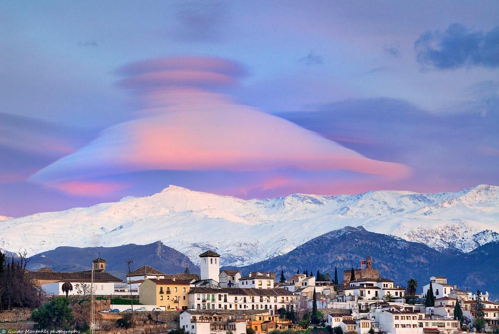 Шляпообразное облако в горах Сьерра-Невада