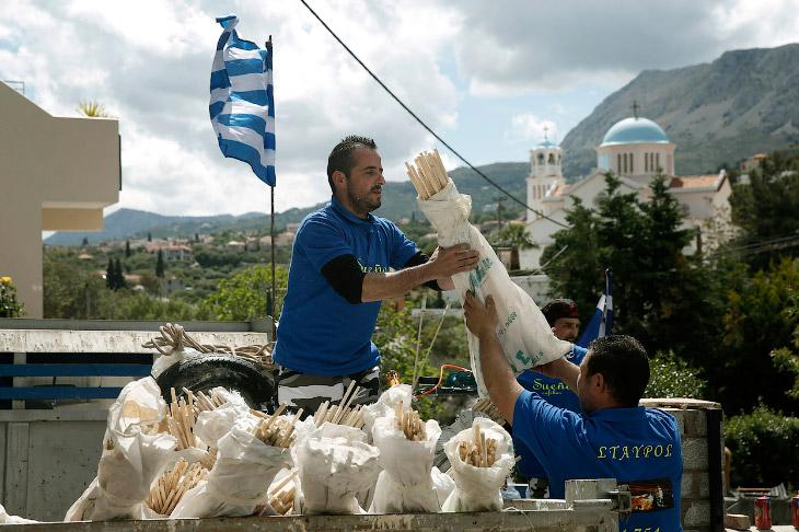 Запуск ракет на Пасху в Греции