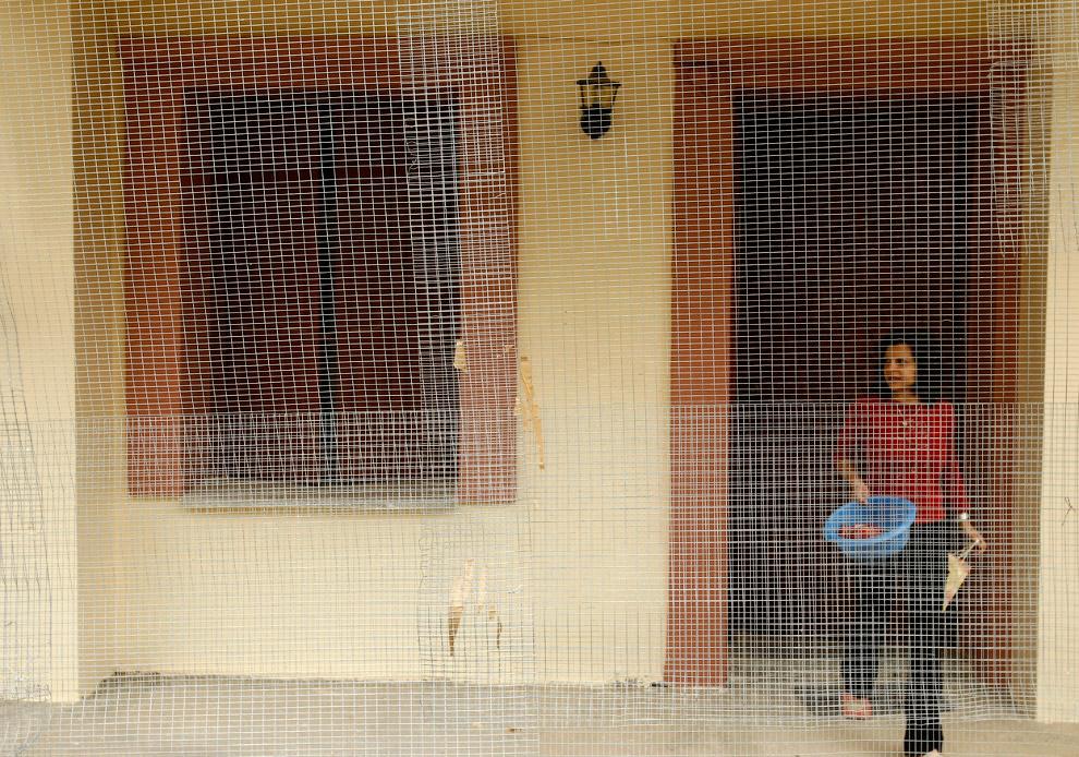 Местные жители также защищают сетками свои дома во время празднования Пасхи