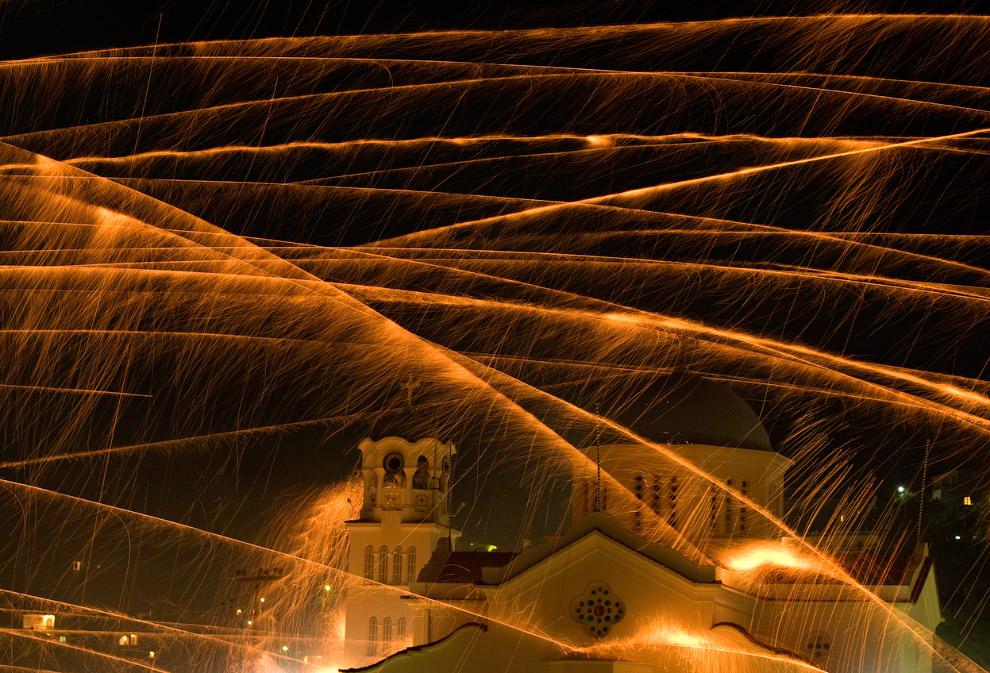 На этой фотографии видно, как ракета поражает колокольню церкви Агиос Маркос