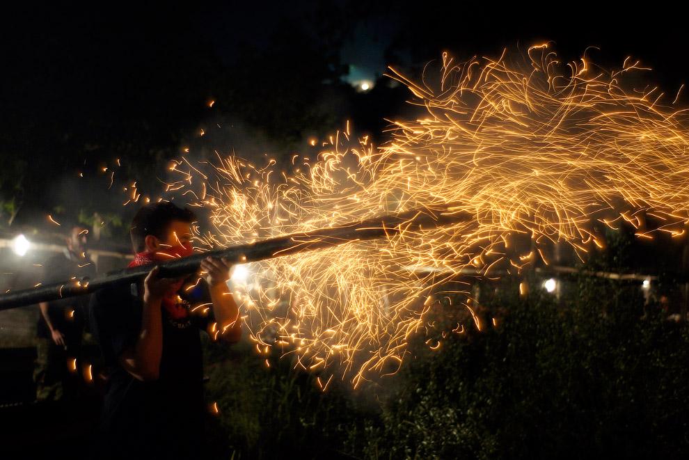 Да, празднование православной Пасхи в греческом городе Вронтадос на острове Хиос — нескучное занятие