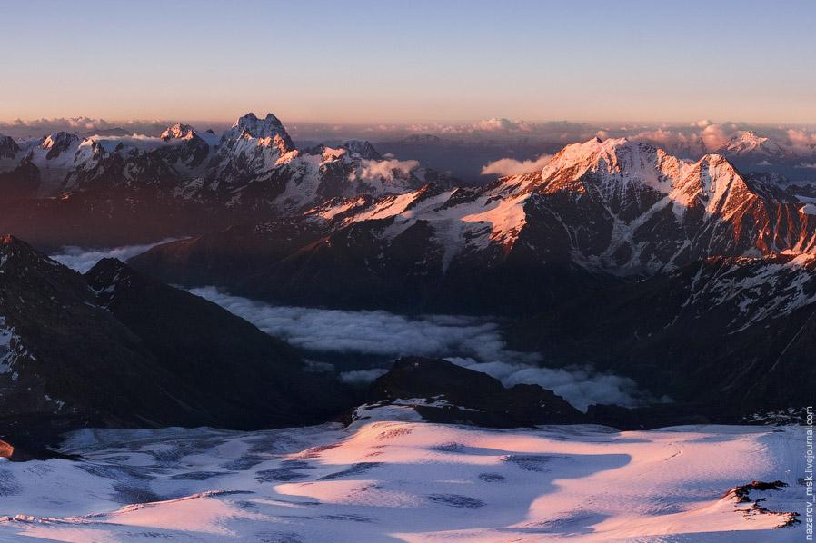 Долина Азау, слева двухглавая гора Ушба