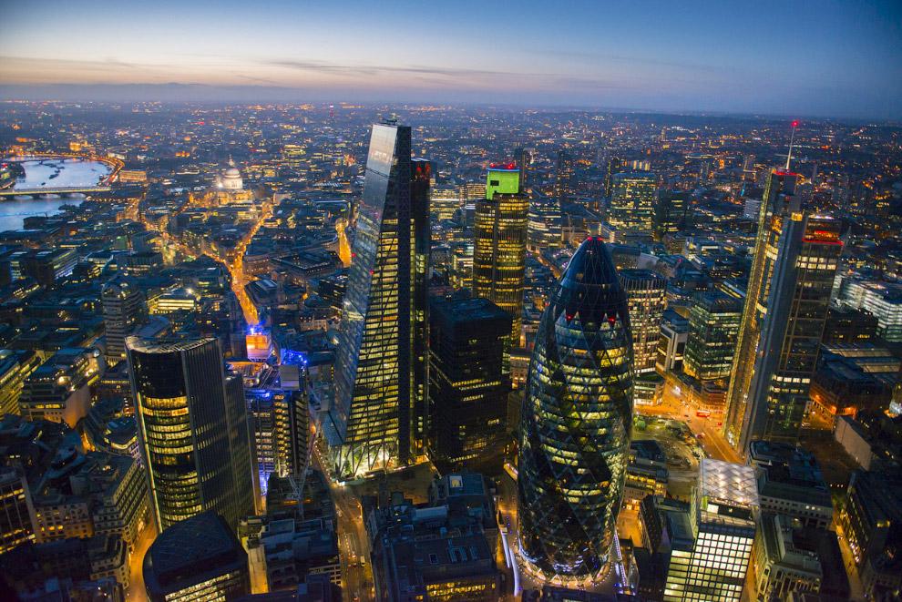 Небоскребы в ночном Лондоне