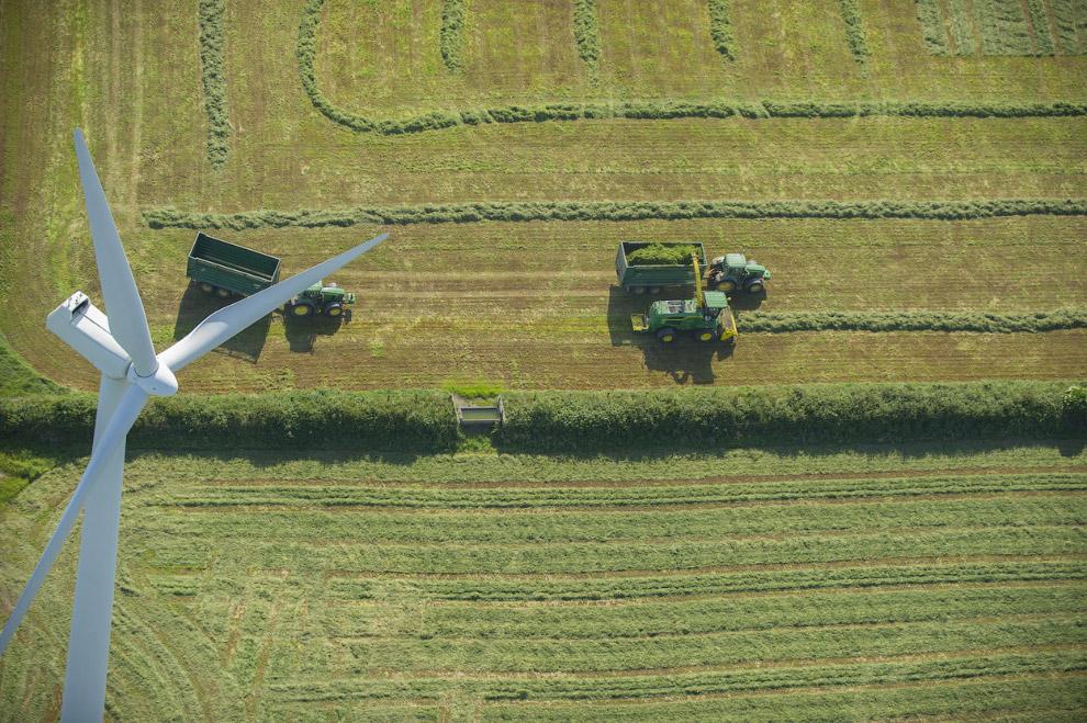Фермеры работают под ветряком