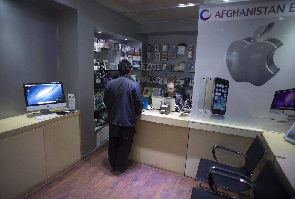 Магазин техники Эппл в деловом районе Кабула
