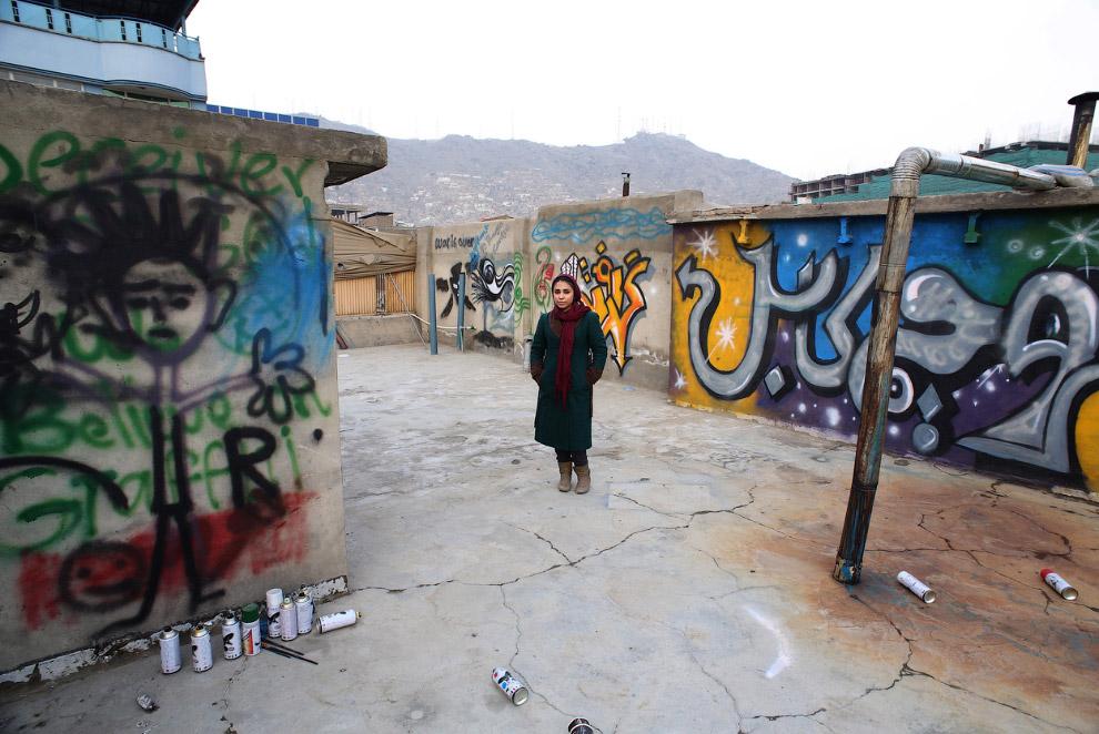 Афганская художница Шамсия Хассани