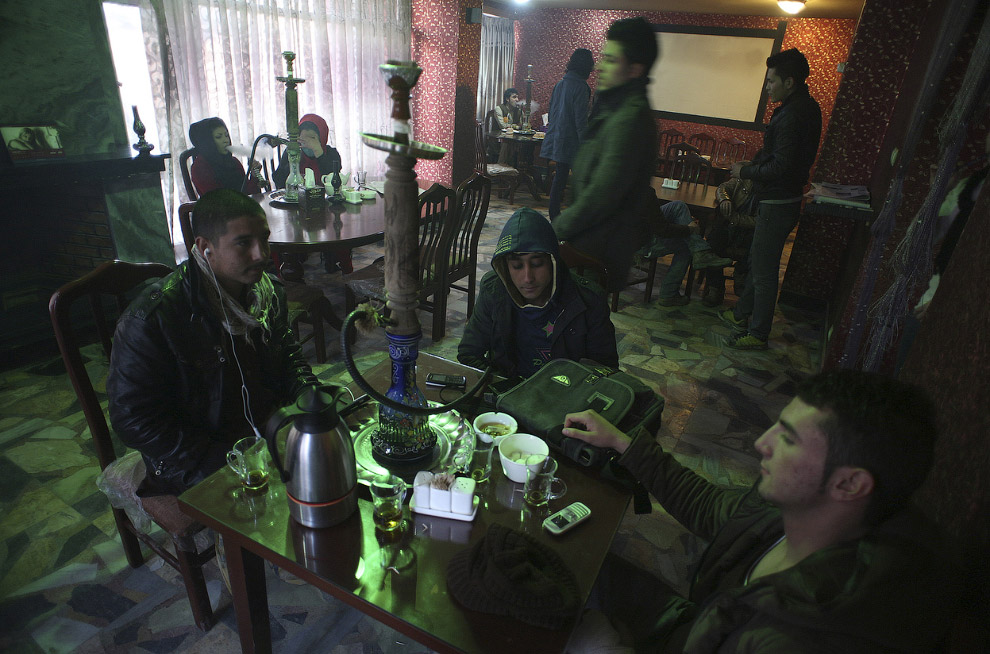 Молодежь с кальянами в кафе в Кабуле