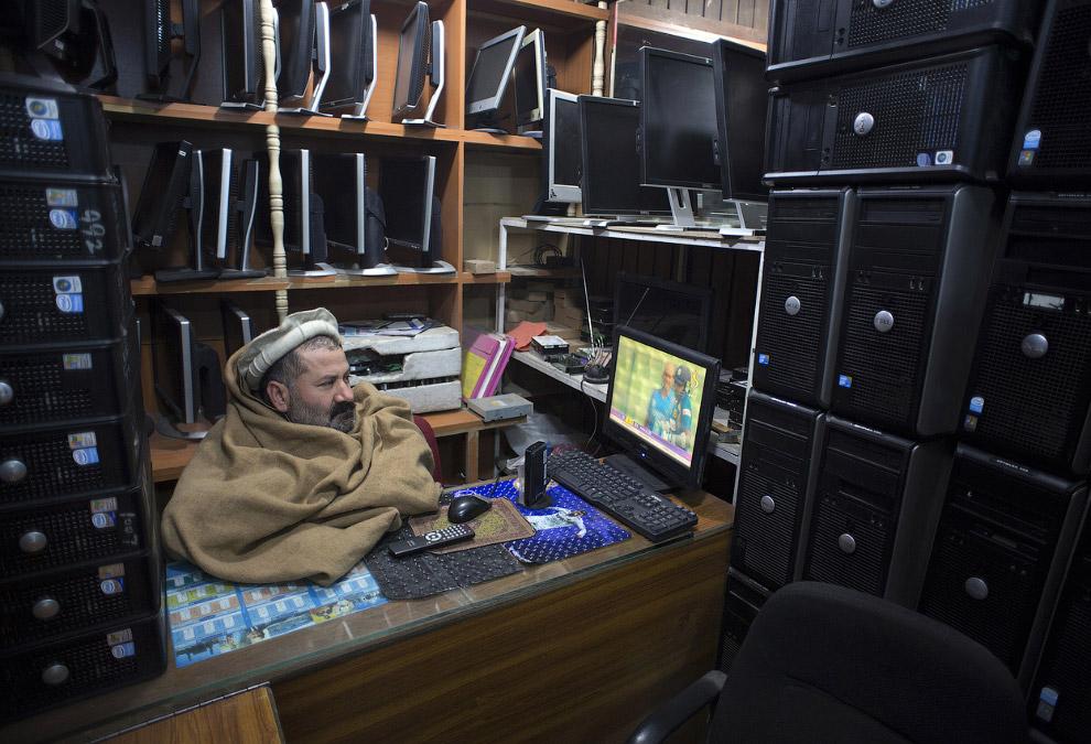 Магазинчик телевизоров, компьютеров и спутниковых тарелок в торговом центре