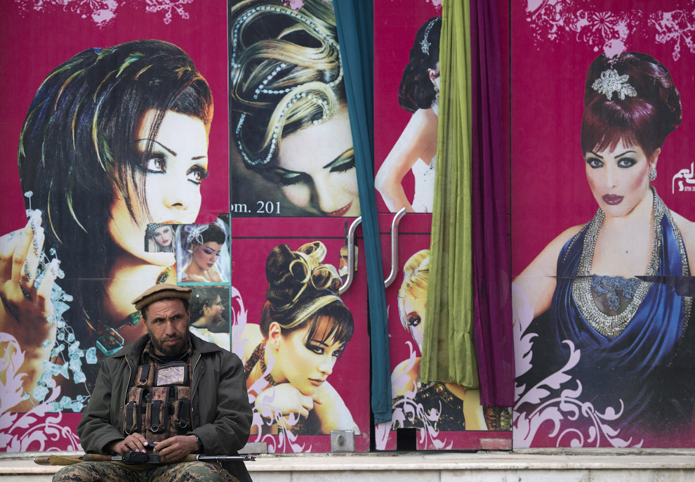 Охранник у свадебного салона в Кабуле