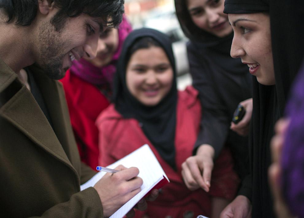 Модный певец Arash Barez раздает автографы