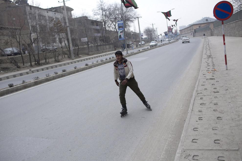 Человек на роликах на одной из улиц Кабула