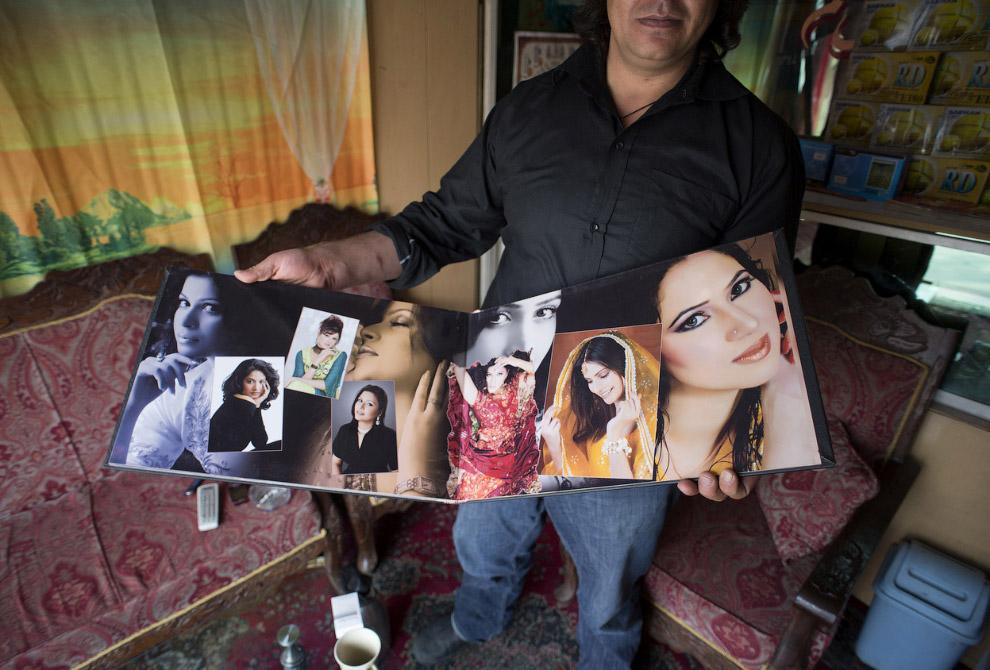 Свадебный фотограф в своей фотостудии
