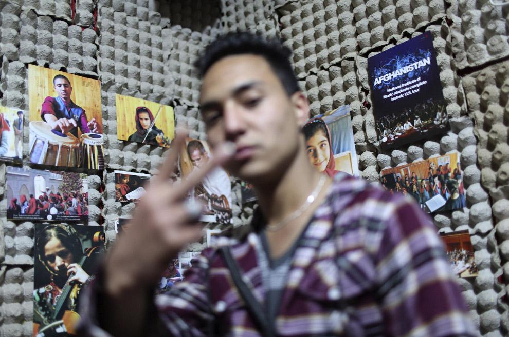Афганская рэппер Mahmoud Hejran в своей квартире-студии