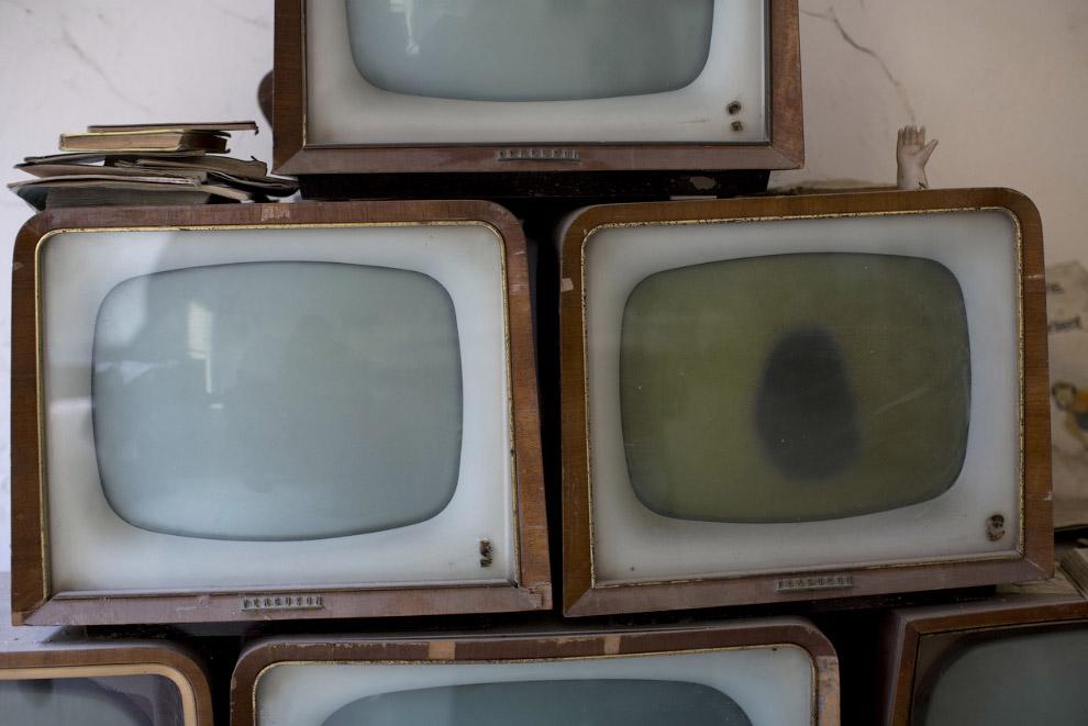 Затерянные во времени старые телевизоры в торговом центре
