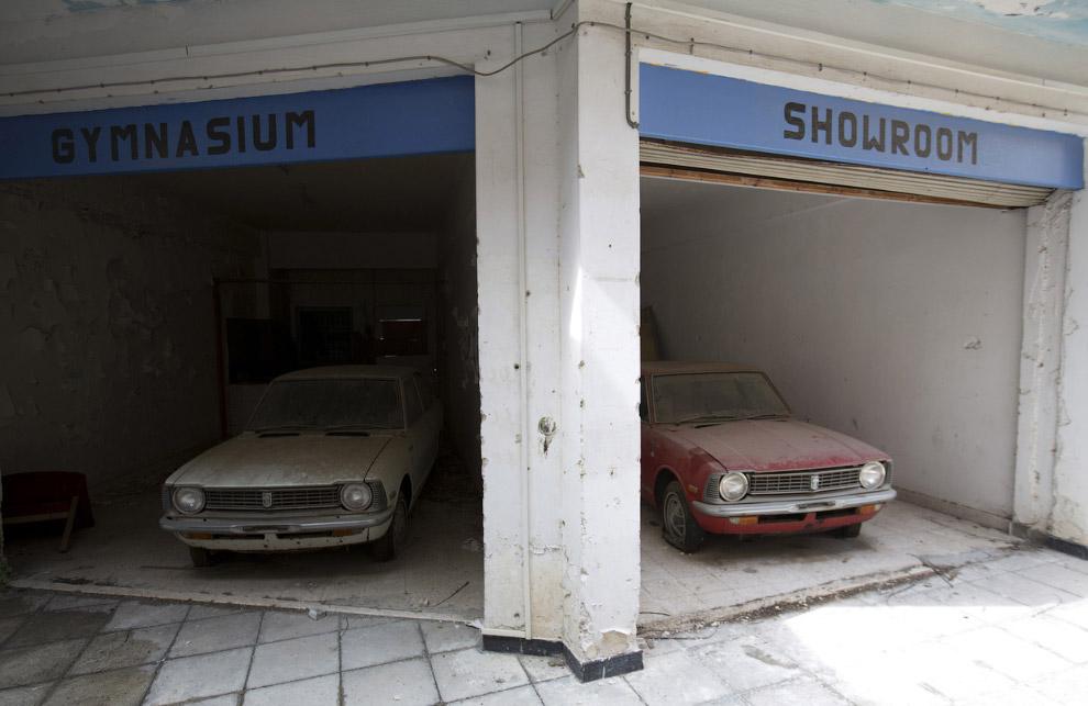 Автомобили в бывшем торговом центре